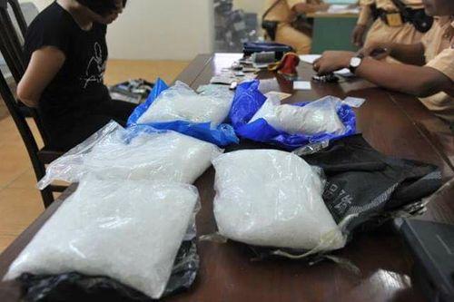Hà Nội: Tóm gọn đôi nam nữ vận chuyển trái phép gần 5kg ma túy đá - Ảnh 1