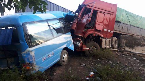Khẩn trương xác định nguyên nhân vụ tai nạn liên hoàn tại Hòa Bình - Ảnh 1