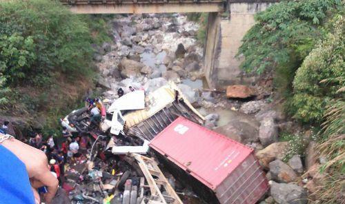 Container và ô tô bay xuống suối, 4 người bị thương nặng - Ảnh 1