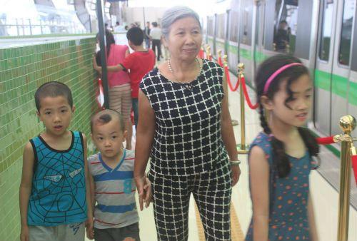 Chùm ảnh: Người dân háo hức tham quan nhà ga đường sắt La Khê - Ảnh 2