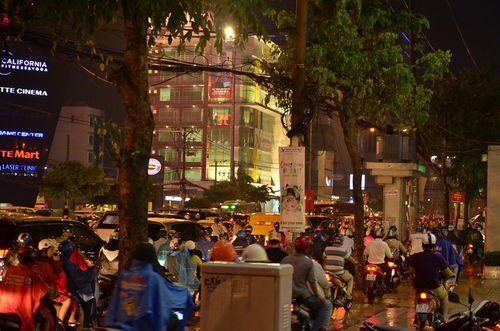 Nhiều tuyến đường TP.HCM ùn tắc nghiêm trọng sau mưa lớn - Ảnh 1