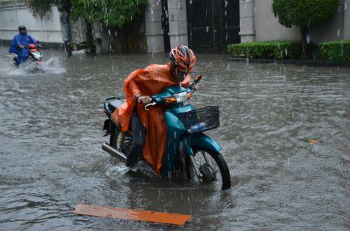 Nhiều tuyến đường TP.HCM ùn tắc nghiêm trọng sau mưa lớn - Ảnh 2