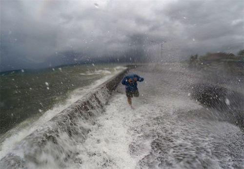 Hà Nội mở 100% cửa hồ điều hòa để ứng phó với bão số 10 - Ảnh 1