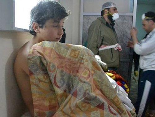 Đoạn video khí độc ở Syria: Tuyệt vọng nhìn các em bé lịm dần vì chất độc - Ảnh 2
