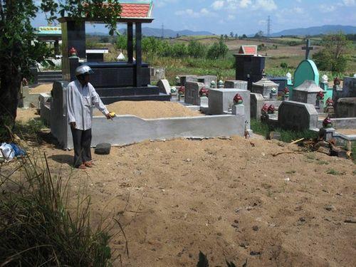 Tài xế tông chết người rồi chôn nạn nhân: Gia đình xin quật mộ con - Ảnh 1