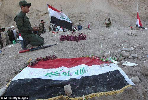 Phát hiện mộ tập thể chôn 1.700 người bị IS hành hình - Ảnh 2