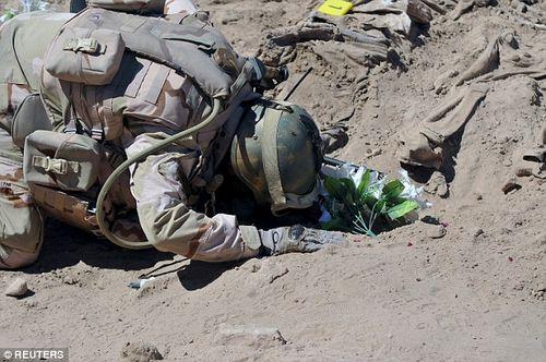 Phát hiện mộ tập thể chôn 1.700 người bị IS hành hình - Ảnh 1