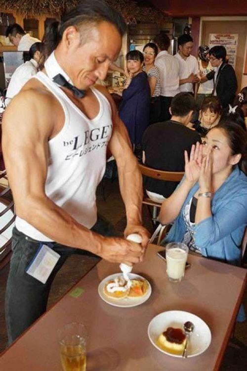 """Quán café """"cơ bắp"""" hút hồn chị em ở Nhật Bản - Ảnh 3"""