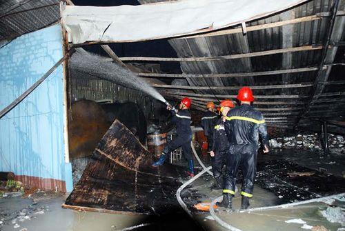TP. HCM: Kho chứa cồn rộng ngàn m2 bốc cháy dữ dội - Ảnh 1