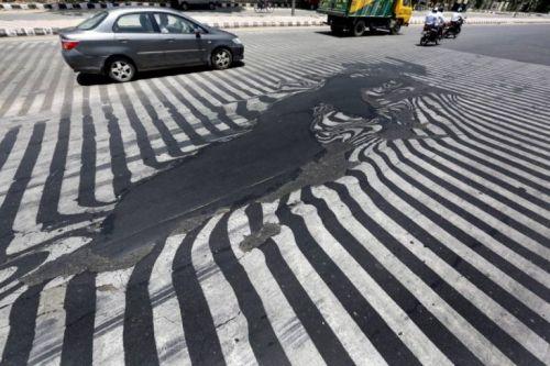 Nắng nóng khủng khiếp, mặt đường ở Ấn Độ biến dạng - Ảnh 1