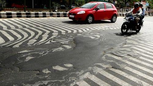 Nắng nóng khủng khiếp, mặt đường ở Ấn Độ biến dạng - Ảnh 2