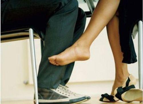 Bắt tại trận cô vợ lẳng lơ dùng tiền gạ tình trai trẻ - Ảnh 1