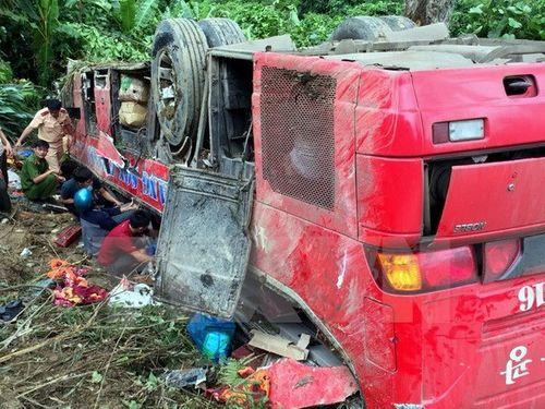 Hiện trường vụ xe khách mất lái lao xuống vực ở đèo Lò Xo - Ảnh 1