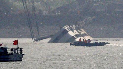 Chìm tàu Trung Quốc: Tìm thấy 396 thi thể, thân nhân tuyệt vọng - Ảnh 1