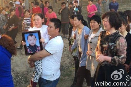 Đám tang đẫm nước mắt của 'thần đồng 8 tuổi' showbiz Hoa ngữ - Ảnh 2