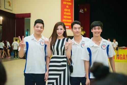 Á hậu Tú Anh tươi trẻ cổ vũ Đoàn TTVN ở SEA Games 28 - Ảnh 10