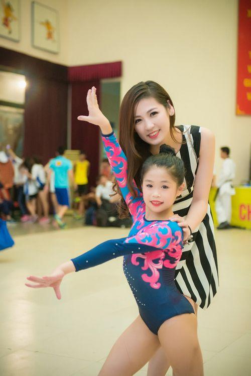 Á hậu Tú Anh tươi trẻ cổ vũ Đoàn TTVN ở SEA Games 28 - Ảnh 11
