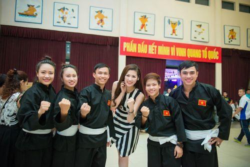 Á hậu Tú Anh tươi trẻ cổ vũ Đoàn TTVN ở SEA Games 28 - Ảnh 6