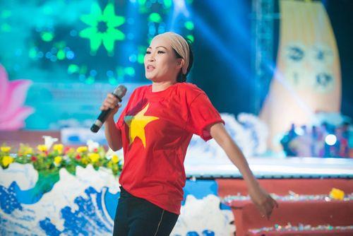 Á hậu Tú Anh tươi trẻ cổ vũ Đoàn TTVN ở SEA Games 28 - Ảnh 1