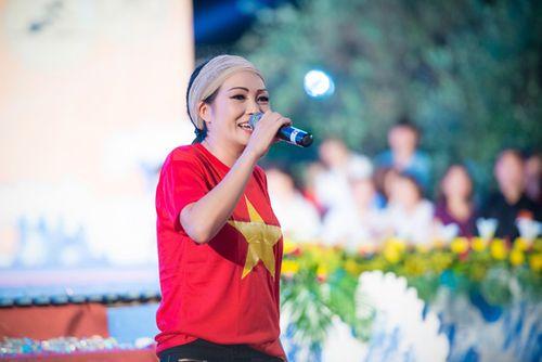 Á hậu Tú Anh tươi trẻ cổ vũ Đoàn TTVN ở SEA Games 28 - Ảnh 2