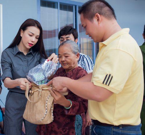 Trà Ngọc Hằng ướt đầm lưng áo giúp đỡ người già - Ảnh 3
