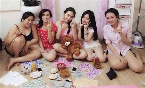 Thành Long khoe tiền, quà fan tặng sinh nhật chất đầy ghế - Ảnh 6