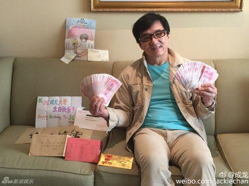Thành Long khoe tiền, quà fan tặng sinh nhật chất đầy ghế - Ảnh 1