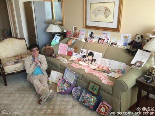 Thành Long khoe tiền, quà fan tặng sinh nhật chất đầy ghế - Ảnh 2