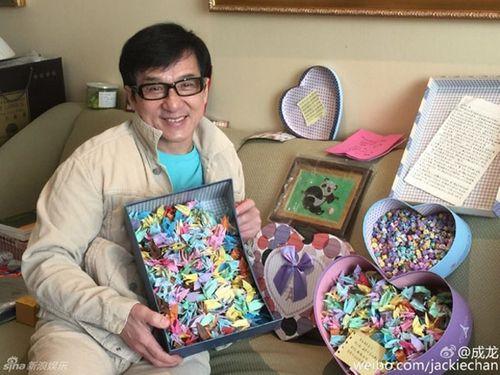 Thành Long khoe tiền, quà fan tặng sinh nhật chất đầy ghế - Ảnh 3