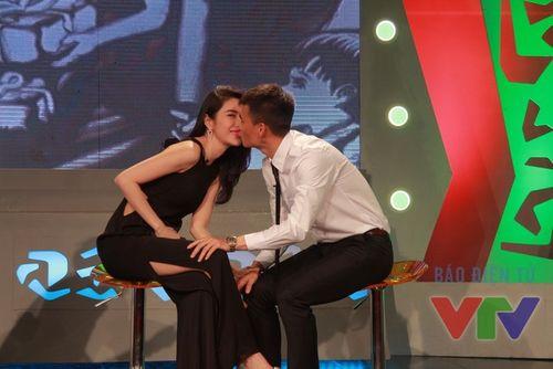 Thủy Tiên - Công Vinh hôn nhau ngọt ngào trên sóng trực tiếp - Ảnh 2