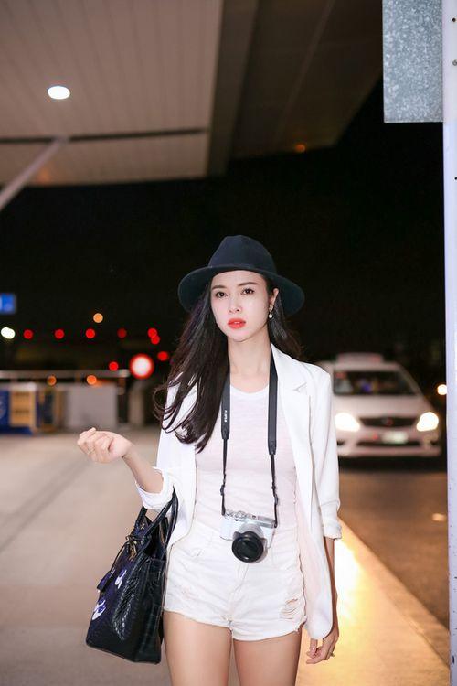 Vũ Ngọc Anh diện short ngắn cũn khoe chân dài ở sân bay - Ảnh 1
