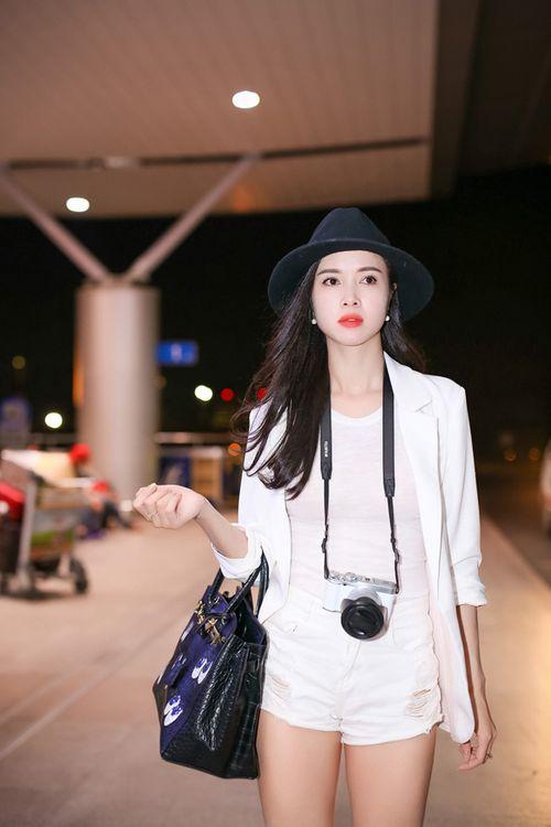 Vũ Ngọc Anh diện short ngắn cũn khoe chân dài ở sân bay - Ảnh 2