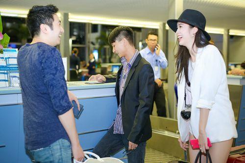 Vũ Ngọc Anh diện short ngắn cũn khoe chân dài ở sân bay - Ảnh 5