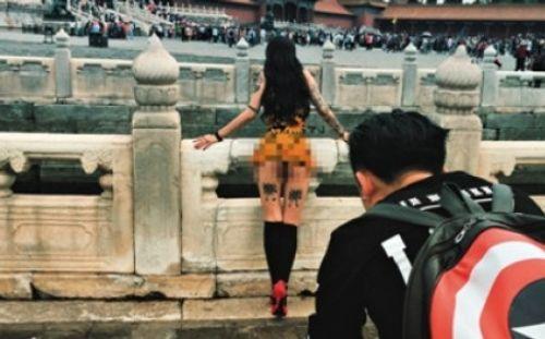 Người mẫu bị chỉ trích vì chụp ảnh khỏa thân ở Tử Cấm Thành - Ảnh 1