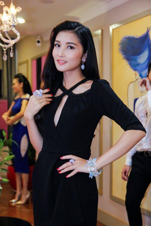 Triệu Thị Hà, Cao Thuỳ Linh gợi cảm ngắm kim cương của Lý Nhã Kỳ - Ảnh 2