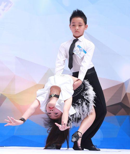 """Bà bầu Khánh Thi nhún nhảy bên """"người tình trẻ"""" Phan Hiển - Ảnh 3"""
