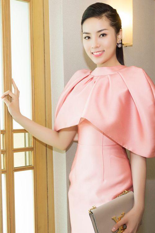 Hoa hậu Kỳ Duyên gây chú ý vì mặc đầm quá diêm dúa - Ảnh 1