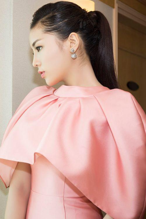 Hoa hậu Kỳ Duyên gây chú ý vì mặc đầm quá diêm dúa - Ảnh 2
