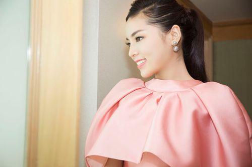 Hoa hậu Kỳ Duyên gây chú ý vì mặc đầm quá diêm dúa - Ảnh 3