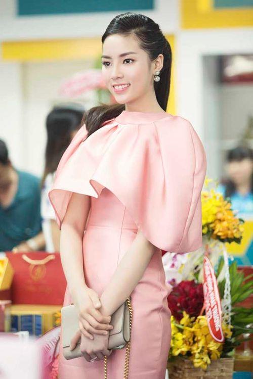 Hoa hậu Kỳ Duyên gây chú ý vì mặc đầm quá diêm dúa - Ảnh 7