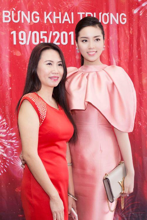 Hoa hậu Kỳ Duyên gây chú ý vì mặc đầm quá diêm dúa - Ảnh 9
