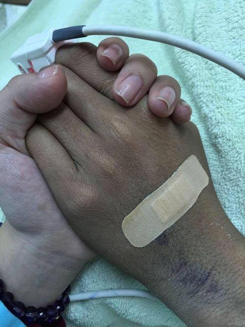 Vợ nắm chặt tay Duy Nhân suốt đêm cuối cùng - Ảnh 1