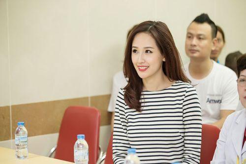 Hoa hậu Mai Phương Thúy giản dị đi làm từ thiện - Ảnh 1