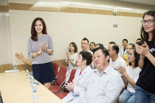 Hoa hậu Mai Phương Thúy giản dị đi làm từ thiện - Ảnh 3