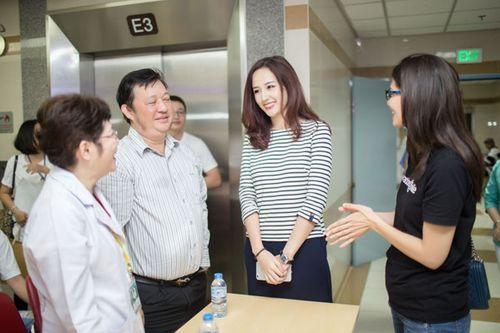 Hoa hậu Mai Phương Thúy giản dị đi làm từ thiện - Ảnh 4