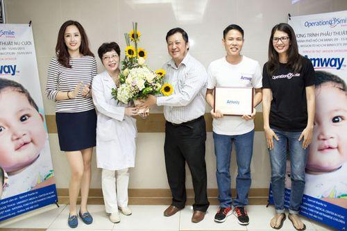Hoa hậu Mai Phương Thúy giản dị đi làm từ thiện - Ảnh 6