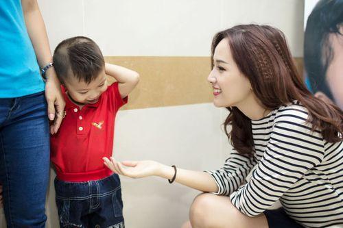 Hoa hậu Mai Phương Thúy giản dị đi làm từ thiện - Ảnh 8