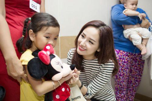 Hoa hậu Mai Phương Thúy giản dị đi làm từ thiện - Ảnh 9