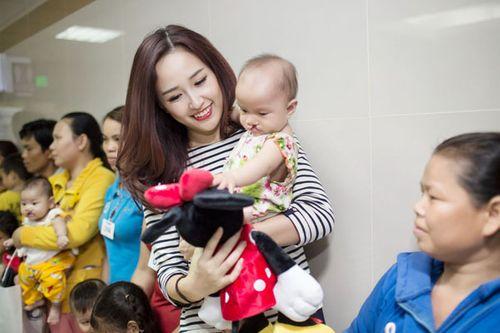 Hoa hậu Mai Phương Thúy giản dị đi làm từ thiện - Ảnh 10