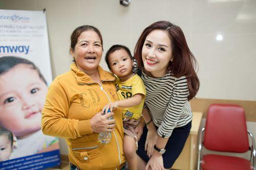 Hoa hậu Mai Phương Thúy giản dị đi làm từ thiện - Ảnh 11